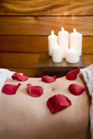 Rose petals on woman's stomach 11029016272| 写真素材・ストックフォト・画像・イラスト素材|アマナイメージズ