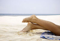 Woman's legs at beach 11029016425| 写真素材・ストックフォト・画像・イラスト素材|アマナイメージズ