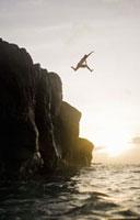 Man jumping from cliffs into ocean 11029016609  写真素材・ストックフォト・画像・イラスト素材 アマナイメージズ