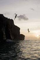 Men jumping from cliffs into ocean 11029016611  写真素材・ストックフォト・画像・イラスト素材 アマナイメージズ