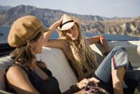 Two women sitting in backseat 11029016668| 写真素材・ストックフォト・画像・イラスト素材|アマナイメージズ
