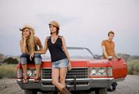 Young friends waiting near convertible 11029016671| 写真素材・ストックフォト・画像・イラスト素材|アマナイメージズ