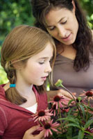 Mother and daughter looking at flowers 11029016697| 写真素材・ストックフォト・画像・イラスト素材|アマナイメージズ