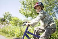 Boy riding bicycle 11029016727| 写真素材・ストックフォト・画像・イラスト素材|アマナイメージズ