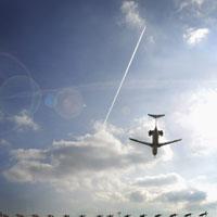Plane Landing at Airport 11030002066| 写真素材・ストックフォト・画像・イラスト素材|アマナイメージズ