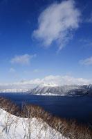 Lake Mashu 11030002703| 写真素材・ストックフォト・画像・イラスト素材|アマナイメージズ