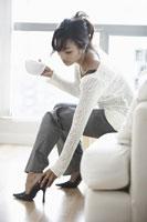 Woman at Home 11030003129| 写真素材・ストックフォト・画像・イラスト素材|アマナイメージズ