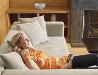 Woman Relaxing on Sofa 11030005046| 写真素材・ストックフォト・画像・イラスト素材|アマナイメージズ