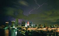 Lightning over Miami Skyline 11030009185| 写真素材・ストックフォト・画像・イラスト素材|アマナイメージズ