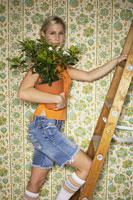 Woman Standing on Ladder 11030012640  写真素材・ストックフォト・画像・イラスト素材 アマナイメージズ