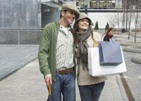 Couple Walking Outdoors 11030014318| 写真素材・ストックフォト・画像・イラスト素材|アマナイメージズ