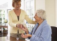 Woman Assiting old Woman in Taking Pills 11030019628| 写真素材・ストックフォト・画像・イラスト素材|アマナイメージズ