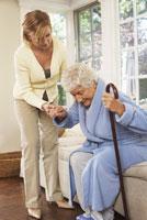 Senior Woman Receiving Assistance 11030019633| 写真素材・ストックフォト・画像・イラスト素材|アマナイメージズ