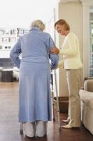 Senior Woman Receiving Assistance 11030019634| 写真素材・ストックフォト・画像・イラスト素材|アマナイメージズ