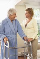 Senior Woman Receiving Assistance 11030019636| 写真素材・ストックフォト・画像・イラスト素材|アマナイメージズ
