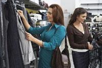 Women Shopping 11030021807| 写真素材・ストックフォト・画像・イラスト素材|アマナイメージズ