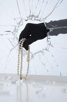 Hand Stealing Pearl Necklace 11030025834| 写真素材・ストックフォト・画像・イラスト素材|アマナイメージズ