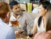 Friends Having Drinks at a Restaurant 11030027361  写真素材・ストックフォト・画像・イラスト素材 アマナイメージズ