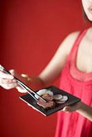 Woman Eating Chinese Appetizer 11030027977| 写真素材・ストックフォト・画像・イラスト素材|アマナイメージズ
