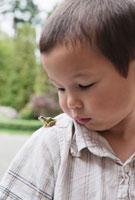 Boy with Frog on Shoulder 11030028700| 写真素材・ストックフォト・画像・イラスト素材|アマナイメージズ