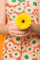 Girl Holding Gerbera Daisy 11030031529| 写真素材・ストックフォト・画像・イラスト素材|アマナイメージズ