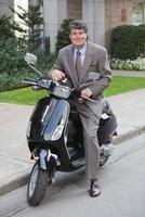 Businessman on Scooter, Montreal, Quebec, Canada 11030032490| 写真素材・ストックフォト・画像・イラスト素材|アマナイメージズ