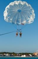 Couple Paragliding, Reef Playacar Resort and Spa Hotel, Play 11030032555| 写真素材・ストックフォト・画像・イラスト素材|アマナイメージズ