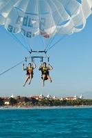 Couple Paragliding, Reef Playacar Resort and Spa Hotel, Play 11030032556| 写真素材・ストックフォト・画像・イラスト素材|アマナイメージズ