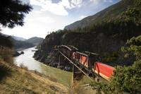 Freight Train Crossing Cisco Bridge over Fraser River, Briti 11030033213| 写真素材・ストックフォト・画像・イラスト素材|アマナイメージズ