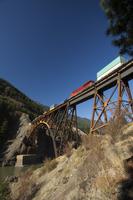 Freight Train Crossing Cisco Bridge over Fraser River, Briti 11030033215| 写真素材・ストックフォト・画像・イラスト素材|アマナイメージズ