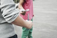 Boy Threatening Another Boy with Knife, Mannheim, Baden-Wurt 11030035498| 写真素材・ストックフォト・画像・イラスト素材|アマナイメージズ