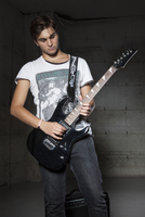 Portrait of Young Man Playing Electric Guitar 11030036338| 写真素材・ストックフォト・画像・イラスト素材|アマナイメージズ