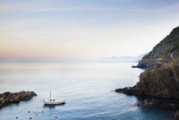 Fishing Boat in little Harbour of Riomaggiore at Dawn, Cinqu 11030036508| 写真素材・ストックフォト・画像・イラスト素材|アマナイメージズ