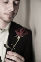 Close-up Portrait of Young Man holding Red Rose with Eyes Cl 11030036657| 写真素材・ストックフォト・画像・イラスト素材|アマナイメージズ
