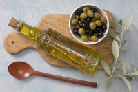 Overhead View of Bowl of Olives and Bottle of Olive Oil on C 11030037276| 写真素材・ストックフォト・画像・イラスト素材|アマナイメージズ