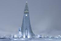 Statue of Leifur Eiriksson and Hallgrimskirkja, Reykjavik, Iceland 11030039176| 写真素材・ストックフォト・画像・イラスト素材|アマナイメージズ