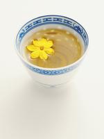 Chinese Cup of Jasmine Tea with Blossom, Studio Shot 11030039644| 写真素材・ストックフォト・画像・イラスト素材|アマナイメージズ
