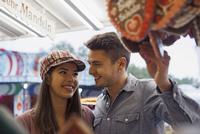 Close-up of young couple having fun at amusement park, Germany 11030041088| 写真素材・ストックフォト・画像・イラスト素材|アマナイメージズ