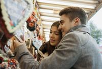 Close-up of young couple having fun at amusement park, Germany 11030041482| 写真素材・ストックフォト・画像・イラスト素材|アマナイメージズ