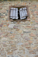 Old Broken Window Shutter of Stone House, Hesse, Germany 11030041758| 写真素材・ストックフォト・画像・イラスト素材|アマナイメージズ