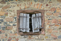 Old Broken Window Shutter of Stone House, Hesse, Germany 11030041759| 写真素材・ストックフォト・画像・イラスト素材|アマナイメージズ