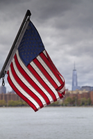American Flag with New York City Skyline and East River in the background, New York, USA 11030042025| 写真素材・ストックフォト・画像・イラスト素材|アマナイメージズ