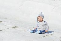 Baby Boy Sitting on White Rocks of Scala dei Turchi, Aagrigento District, Sicily, Italy 11030043350| 写真素材・ストックフォト・画像・イラスト素材|アマナイメージズ