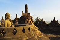 Borobodur with Mount Merapi in the distance, Kedu Plain, Java, Indonesia 11030044367| 写真素材・ストックフォト・画像・イラスト素材|アマナイメージズ