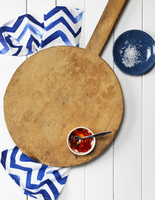 Overhead View of Wooden Pizza Board with Bowl of Chili Sauce, Dish with Salt and Napkin 11030049257| 写真素材・ストックフォト・画像・イラスト素材|アマナイメージズ