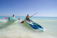 Couple Kayaking, Reef Playacar Resort and Spa, Playa del Carmen, Mexico 11030049780| 写真素材・ストックフォト・画像・イラスト素材|アマナイメージズ