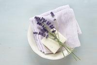 Lavender, Soap and Cloth in Bowl 11030050238| 写真素材・ストックフォト・画像・イラスト素材|アマナイメージズ