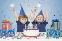 Twin Boys holding Sparklers with Birthday Cake and Presents 11030050551| 写真素材・ストックフォト・画像・イラスト素材|アマナイメージズ