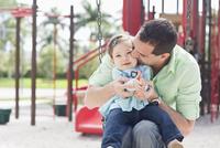 Father and Daughter on Swing 11030050879  写真素材・ストックフォト・画像・イラスト素材 アマナイメージズ