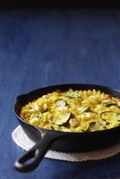 Rigatoni with Zucchini in Cast Iron Pan 11030051050| 写真素材・ストックフォト・画像・イラスト素材|アマナイメージズ